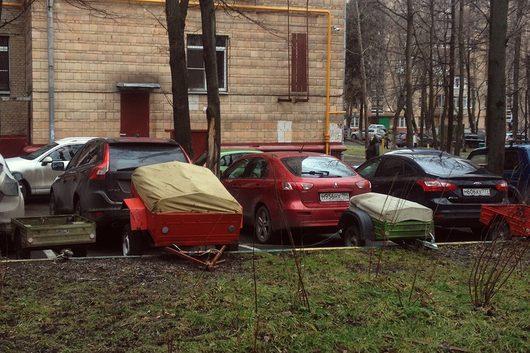 Стоянка прицепа во дворе жилого дома | Право руля